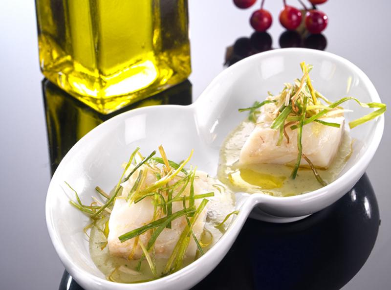 Bacalao confitado con crema de 'porrusalda' y crujiente de puerro